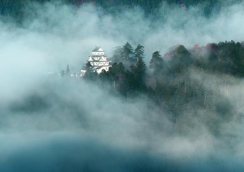 朝霧にうかぶ郡上八幡城