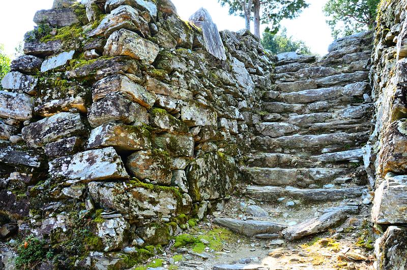 本丸跡の石段と石垣(2)