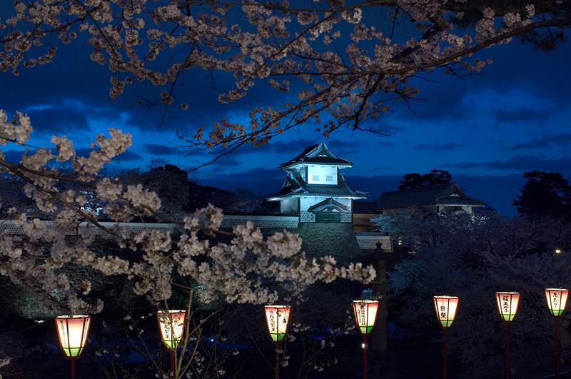 春の夜の石川門(ライトアップ)