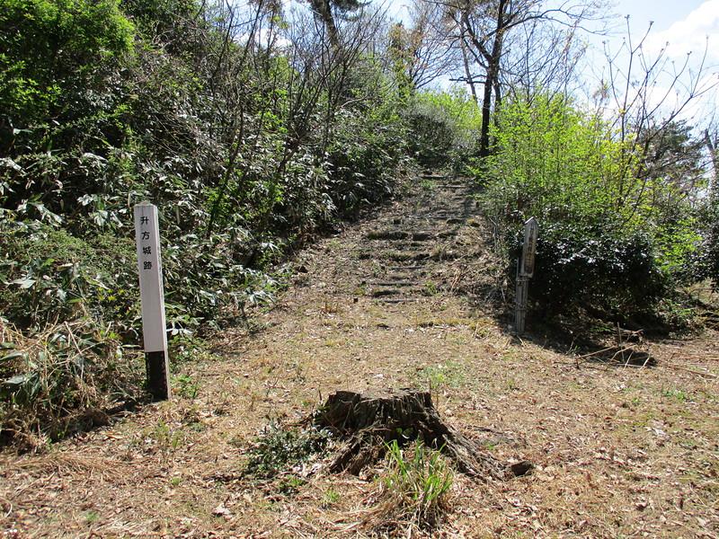 二郭の標柱と本郭への階段