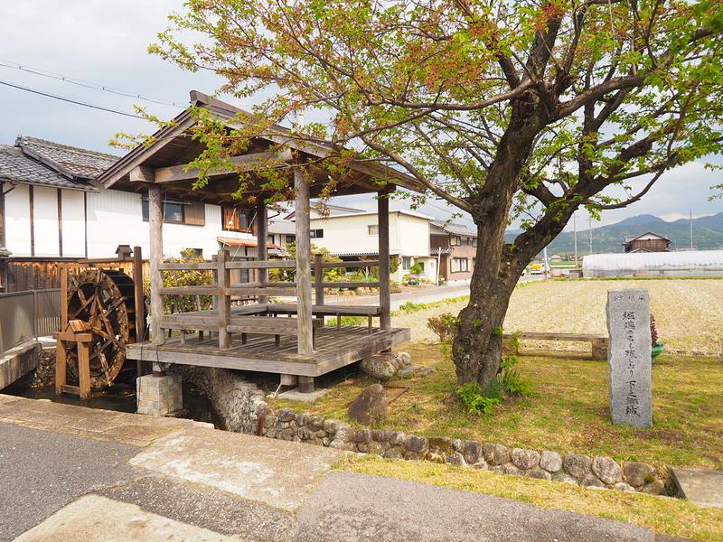 堀端石碑と水車