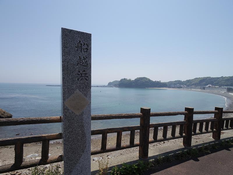 船越海岸と奥に城域遠景