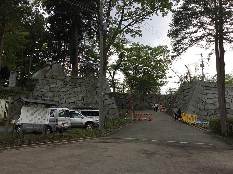 三の丸入口と烏帽子岩