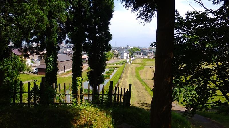 東城砦跡から見た史跡広場