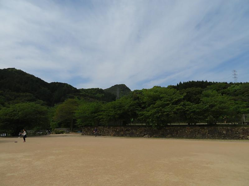 且山城の写真:勝山御殿本丸から且山城 | 攻城団