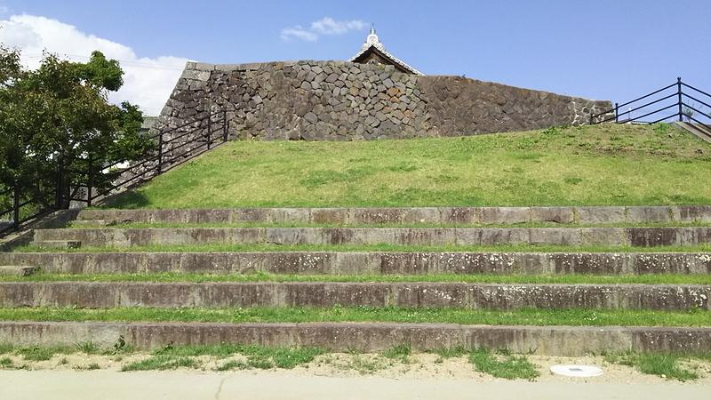 大手門石垣を横から見る。