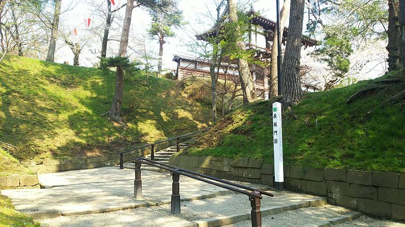 長坂門跡から見る一の門