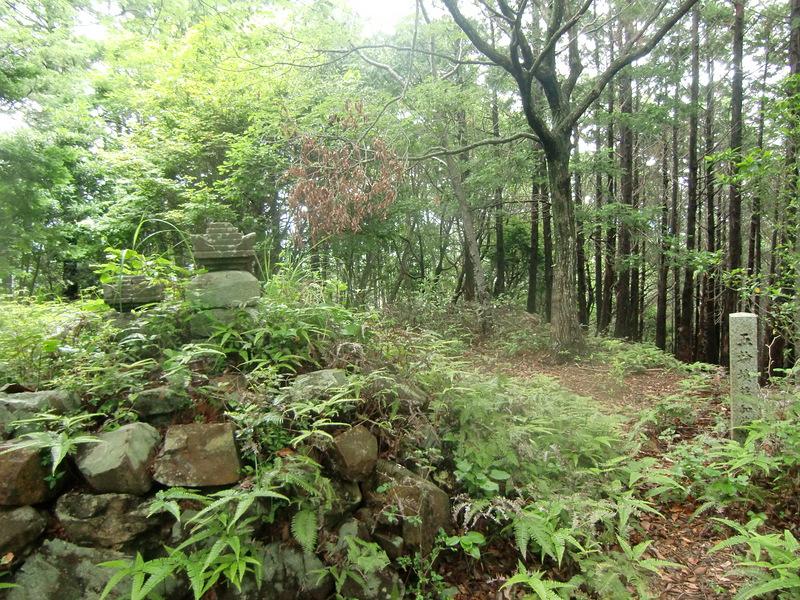 城主加藤一族の五輪供養塔