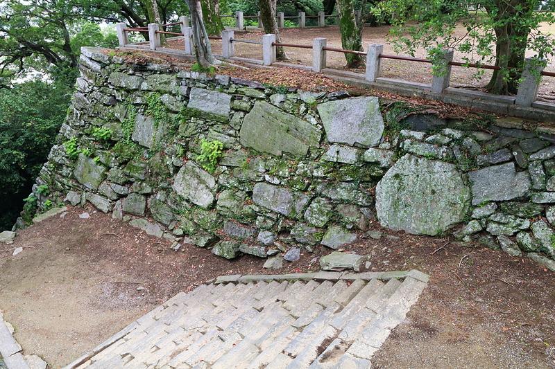 馬具櫓跡石垣を、弓櫓跡から