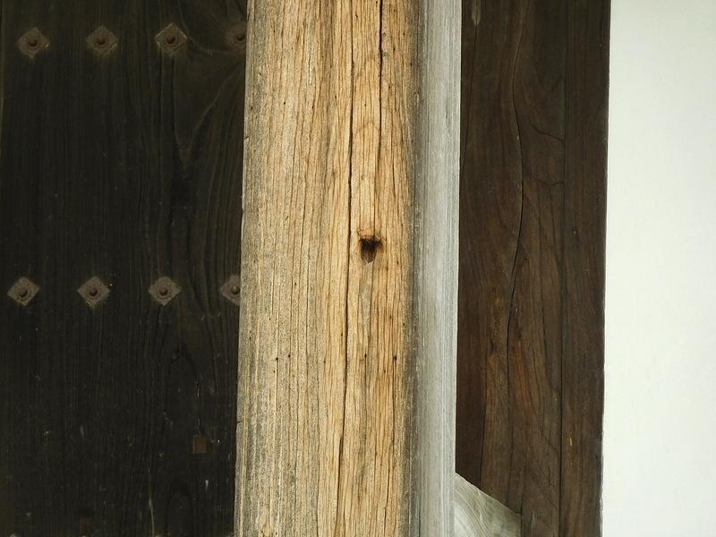 正門の柱の弾痕