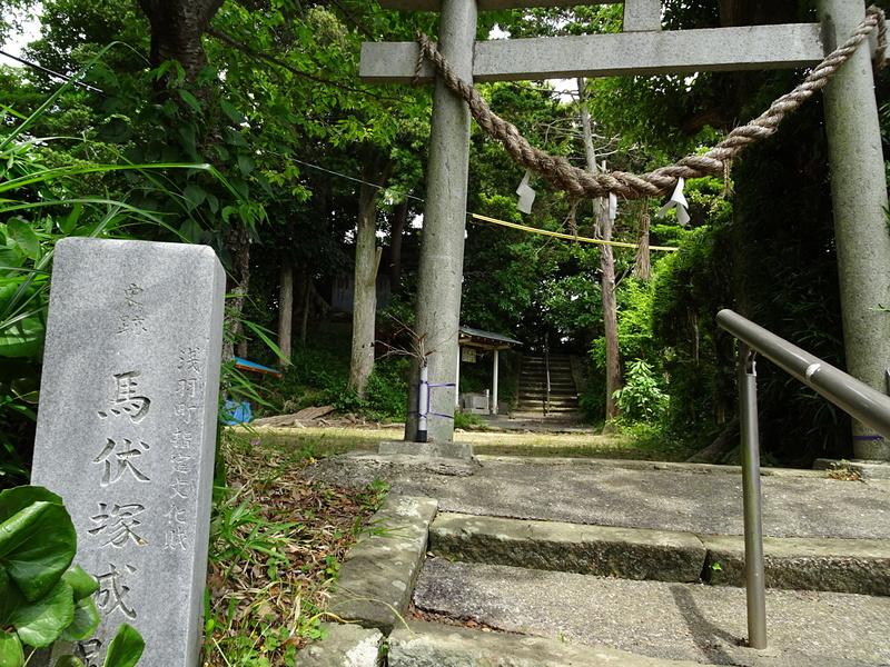石碑と本曲輪跡にある諏訪神社
