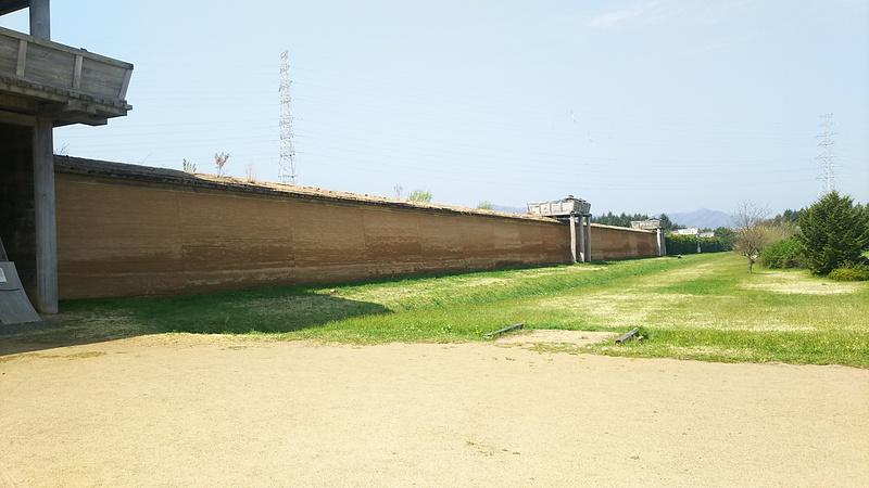 外郭南門内側より見る築地塀と櫓(西側)