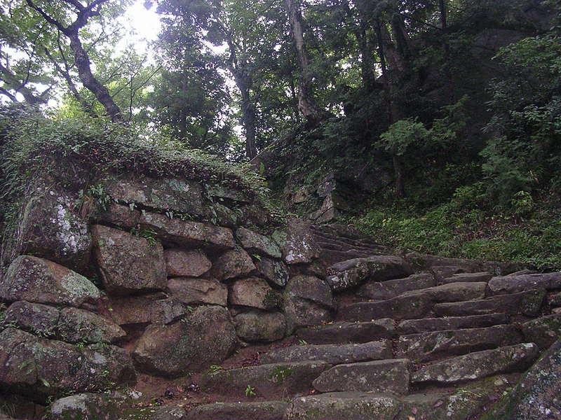 昔の天守郭入口の石垣
