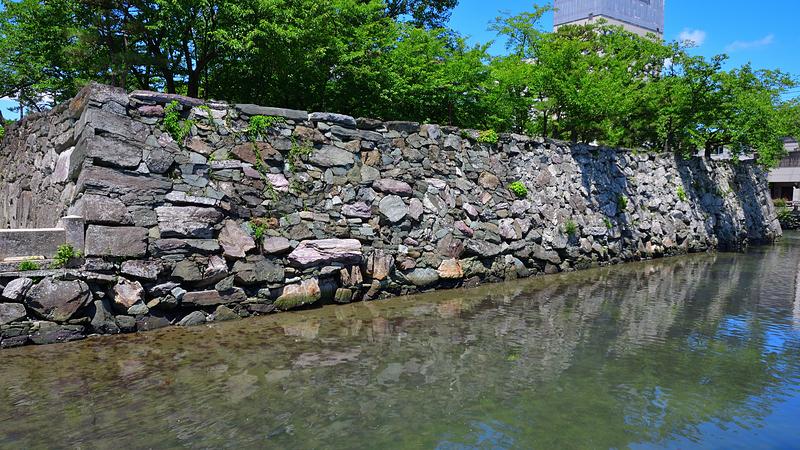 下乗橋の北東から月見櫓跡までの石垣