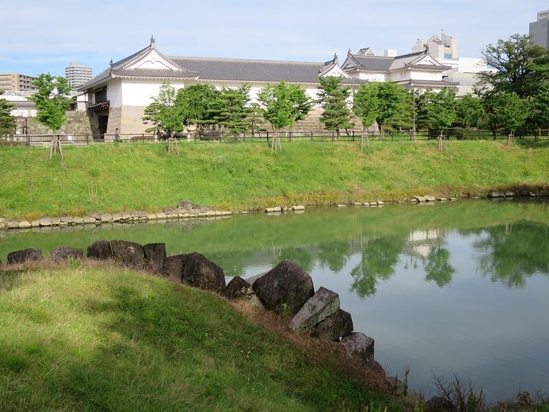 内堀越しの東御門