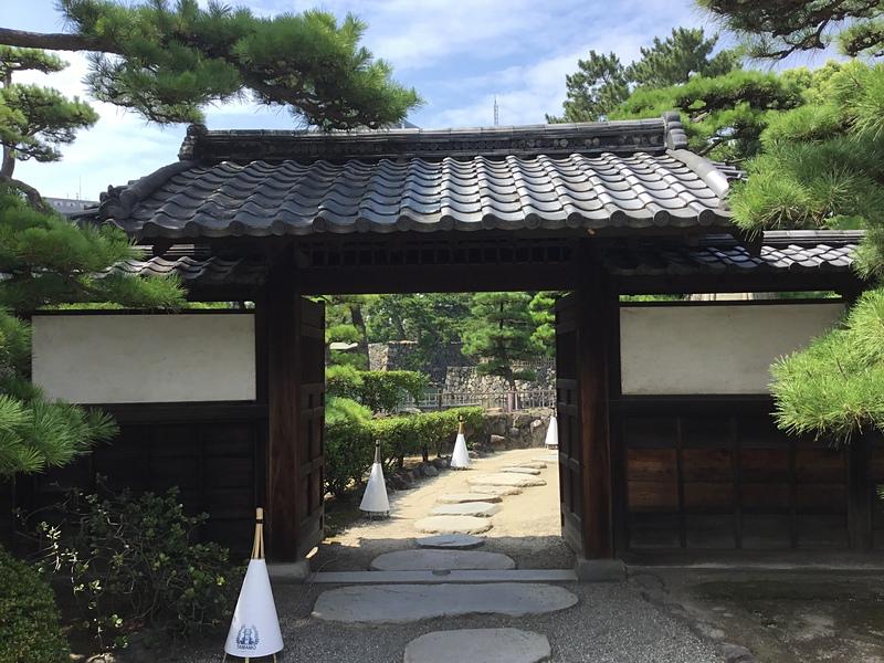 披雲閣庭園入口の薬医門