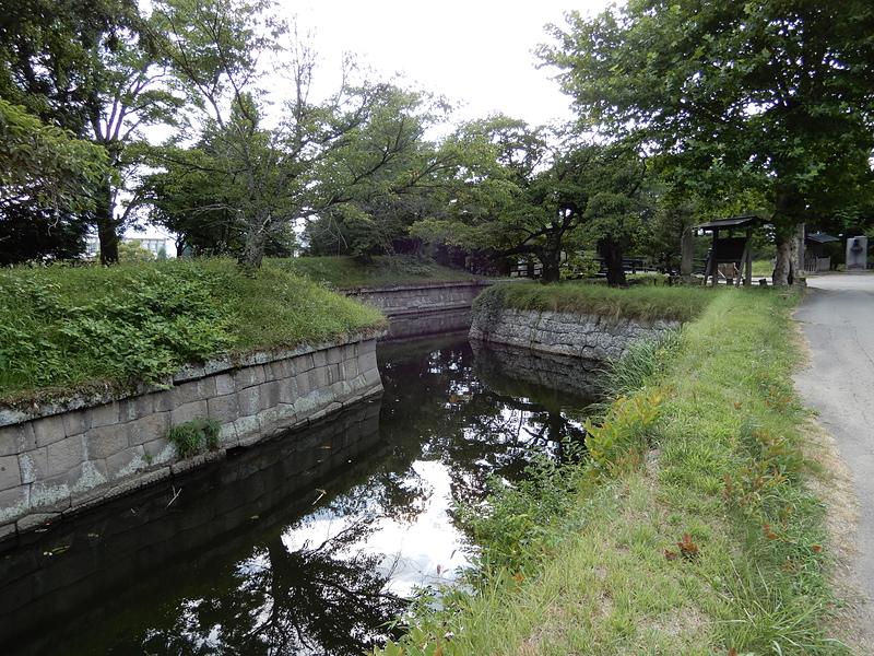 水堀と腰巻石垣