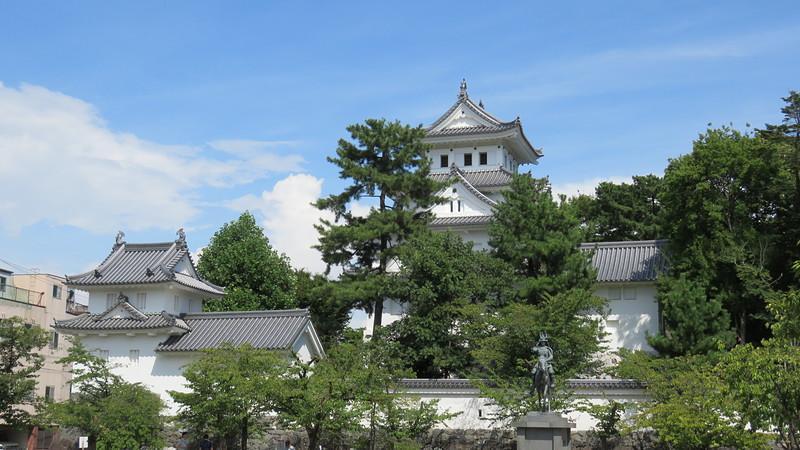 天守と銅像と櫓を正面から