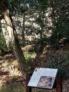 登り石垣と案内板…