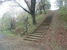 入口階段と石碑…
