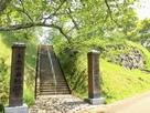 本丸跡入口と石垣…