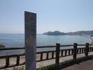 船越海岸と奥に城域遠景…