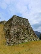 三の丸から見た人質櫓の石垣…