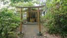 奥に神社があります。…