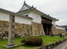 舞鶴公園碑と大手門…