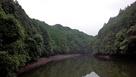 溜め池越しに見る波多城…
