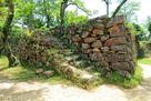 本丸内の南部にある雁木と石垣…