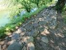 二ノ丸北東部土塁 屏風折れ土塀の礎石 出…