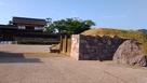 太鼓門、二の丸南門跡(復元)と城跡碑…