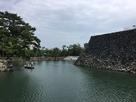 天守台と堀の舟…