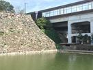 天守台西側、本丸が新幹線駅に貫かれた姿…