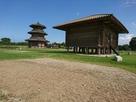 八角形鼓楼(左側)と米倉…