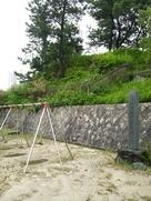 本丸土塁と本丸跡公園内の於大の方生誕地の…