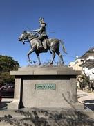 戸田氏鉄公銅像 (横から)…