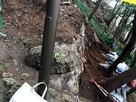 山頂付近発掘調査中の石垣…