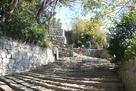 一之門からの石段と石垣…