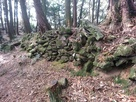 勝尾城の伝二ノ丸跡の石垣列…