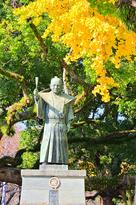 蜂須賀家政公銅像とイチョウ…