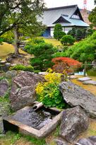 表御殿庭園、花崗岩くりぬき井戸の秋景…
