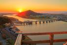 木曽川と夕日を高欄越しに…