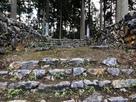 主郭虎口と門の礎石…