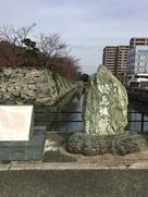 石垣と同じく緑色片岩を用いた石碑…