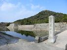石垣と城址碑