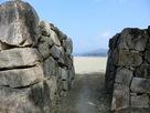 石垣の向こうに砂浜…