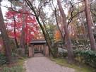 門と石垣と紅葉