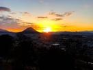 讃岐富士の横から初日の出…
